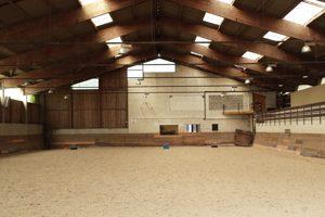 Le manège du club d'équitation La Clairière du Findez, dans l'Ouest lyonnais
