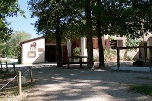 Vue sur l'écurie et les bureaux de puis la cour du club d'équitation La Clairière du Findez, à Francheville, Lyon ouest