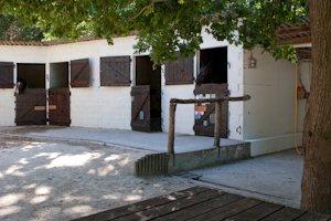 Les box extérieurs et les douches du club d'équitation La Clairière du Findez, à Francheville, Lyon ouest